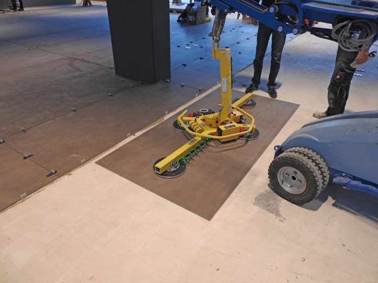 über 70kg schwere Fliesen werden mittels Roboter verlegt