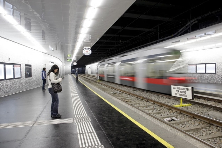 Aufwendige Mosaikverfliesungen in verschiedenen Wiener U-Bahnstationen